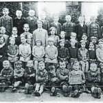 Děti ve škole, školní rok 1930. Učitelé: Frau Kummer (1910), Fräulein Anna Sölch (1910-1945)